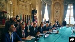 """Menlu AS John Kerry (tiga dari kiri) dan Menlu Perancis Jean Marc Ayrault (lima dari kanan) menghadiri pertemuan dengan para """"Sahabat Suriah"""" di Paris (10/12)."""