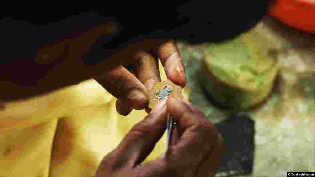 Vješte ruke obrađuju komad pietra dure, koji se koristi u islamskoj arhitekturi i ukrašavanju (Ljubaznošću: Unity Productions Foundation)