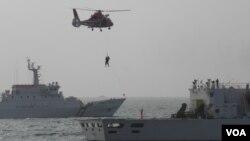 海巡署船高雄港外海上救援演練(美國之音申華拍攝)