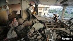 8月7日一名巴勒斯坦妇女看到自己的家被以色列的炮火破坏后痛哭流涕