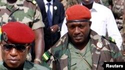 """Le chef de la junte militaire Moussa Dadis Camara avec son aide de camp, le lieutenant Aboubacar """"Toumba"""" Diakité, à droite, à Conakry, le 2 octobre 2009."""