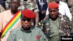 """Le chef de la junte militaire Moussa Dadis Camara avec son aide de camp, le lieutenant Aboubakar """"Toumba"""" Diakité, à droite, à Conakry, le 2 octobre 2009."""