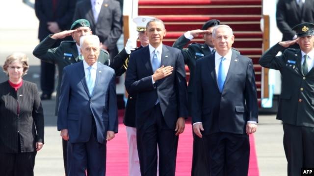US President Barack Obama (C), Israeli Prime Minister Benjamin Netanyahu (R) and President Shimon Peres (L) listen to the national anthem at Israel's Ben Gurion airport upon Obama's arrival on Mar. 20, 2013