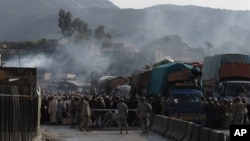 2012年12月29日,巴基斯坦邊防部隊守衛在巴-阿邊境的托克哈姆關口。