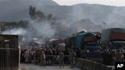 2012年12月29日,巴基斯坦边防部队守卫在巴-阿边境的托克哈姆关口。