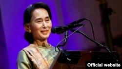 ခ်က္သမၼတႏုိင္ငံမွာက်င္းပခဲ့တဲ့ Forum 2000 ညီလာခံကို တက္ေရာက္ခဲ့သူ NLD ဥကၠဌ ျပည္သူ႔လႊတ္ေတာ္ကိုယ္စားလွယ္ ေဒၚေအာင္ဆန္းစုၾကည္။