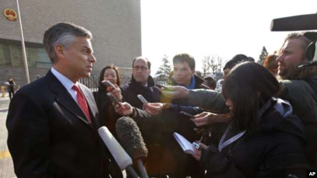 U.S. Ambassador to China Jon Huntsman speaks to journalists in front of the Beijing High People's Court after an appeal of Xue Feng in Beijing, Feb. 18, 2011.