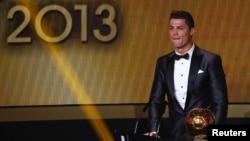 Cristiano Ronaldo setelah diumumkan sebagai peraih penghargaan Ballon d'Or 2013 oleh FIFA di kota Zurich, Swiss hari Senin malam (13/1).