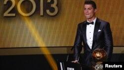 Cristiano Ronaldo se convirtió en el mejor jugador del mundo, según la FIFA, del 2013. La última vez que consiguió este reconocimiento fue en 2008.