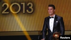 Cristiano Ronaldo saat menerima penghargaan semakin pemain terbaik FIFA Ballon d'Or 2013 di Zurich, Swiss (13/1).