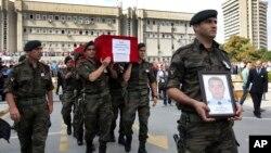 Polisi Turki melakukan upcara pemakaman terhadap petugas yang tewas akibat ranjau darat yang dipasang oleh pemberontak Kurdi di Silopi, Turki tenggara (11/8).