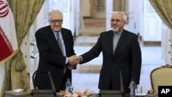 Menlu Iran Mohammad Javad Zarif (kanan) dalam konferensi pers bersama utusan PBB-Liga Arab untuk Suriah Lakhdar Brahimi (foto: dok). Iran belum diundang untuk ikut perundingan Suriah.