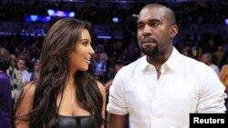 Kim Kardashian y su novio, el rapero Kanye West disfrutan de un juego de Los Álgeles Lakers en Denver.