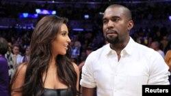Kanye Uest dugonasi Kim Kardashyan bilan Los-Anjelesda. Arxivdan surat.