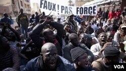 Warga Senegal berdemonstrasi menentang keputusan pengadilan yang membolehkan Presiden Abdoulaye Wade ikut lagi dalam pemilihan presiden untuk masa jabatan ketiga kalinya.