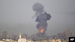 星期六爆炸和煙霧從以色列加沙邊境昇起