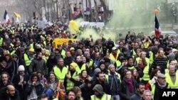 """Los manifestantes participaron en una manifestación antigubernamental convocada por el movimiento """"Gilets Jaunes"""" de los chalecos amarillos, en París, el 26 de enero."""