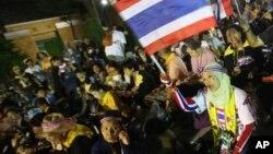 태국 방콕에서 25일 정부의 전임 총리 사면법 추진에 반대하는 대규모 시위가 열렸다.