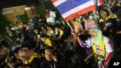 Nhóm biểu tình chống chính phủ tụ tập bên trong khuôn viên Bộ Ngoại giao ở Bangkok, Thái Lan, 25/11/13