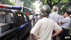 Người dân và khách nước ngoài đứng xem trong lúc cảnh sát bắt người biểu tình chống Trung Quốc ở Hà Nội, 21/8/2011