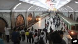 추석을 맞아 평양 부흥역이 귀성객들로 붐비고 있다.