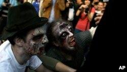 Algunos de los participantes del festival, vestidos de zombies y con sangre falsa en sus cuerpos, comenzaron a correr para refugiarse del tiroteo.