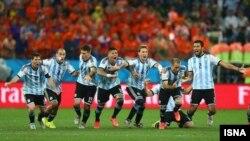 Tim Argentina merayakan kemenangan setelah Maxi Rodriguez memastikan kemenangan 4-2 atas Belanda dalam adu penalti di Sao Paulo, Rabu (9/7).