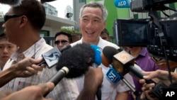 新加坡总理、人民行动党领袖李显龙(中)。