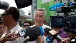 Thủ tướng Lý Hiển Long nói chuyện với các nhà báo sau khi bỏ phiếu tại một trạm bỏ phiếu ở Singapore, ngày 11/9/2015.