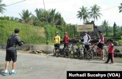 Sejumlah pesepeda berfoto di depan Candi Ngawen yang menjadi daya tarik desa ini.