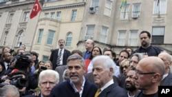 George Clooney na babake wakiandamana Washington mbele ya ubalozi wa Sudan