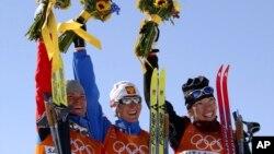 De gauche à droite, la médaillée d'argent Larissa Lazutina, de Russie, la médaillée d'or Olga Danilova et la médaillée de bronze Beckie Scott, du Canada, lors de leur sacre à la course féminine de cinq kilomètres aux Jeux olympiques d'hiver le vendredi 15 février 2018.