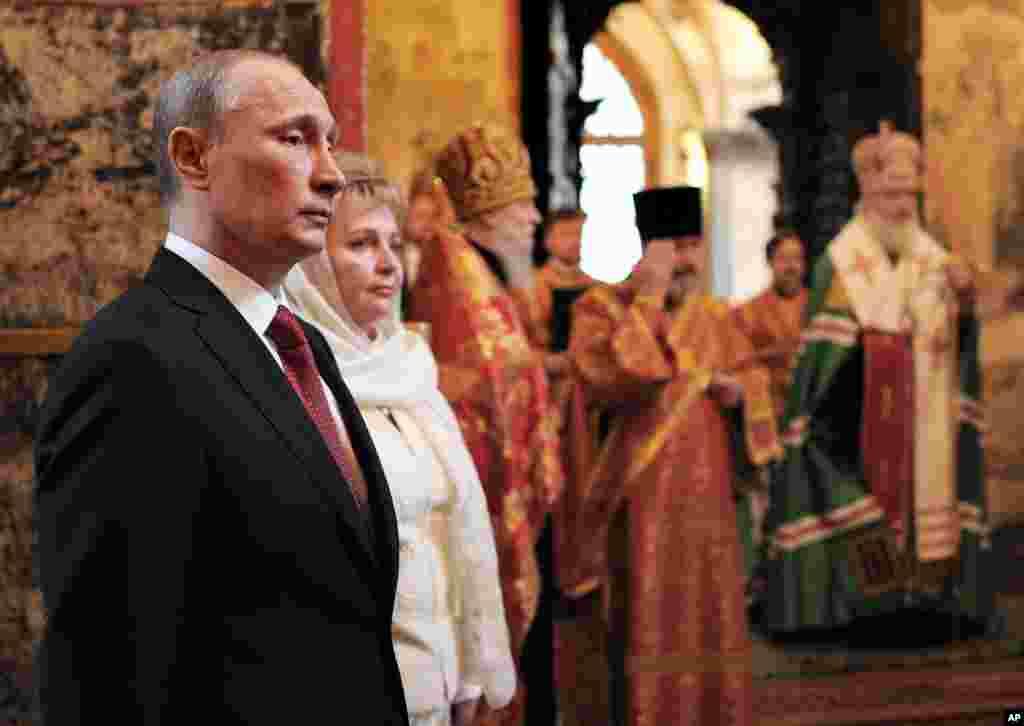 Presiden Rusia Vladimir Putin (kiri) dan isterinya, Lyudmila, menghadiri kebaktian di Katedral Moskow setelah pelantikannya.