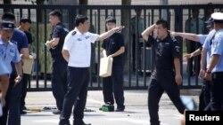 베이징 주재 미국 대사관 인근에서 폭탄물 공격 사건이 발생한 후 경찰들이 현장 주위를 수색하고 있다.