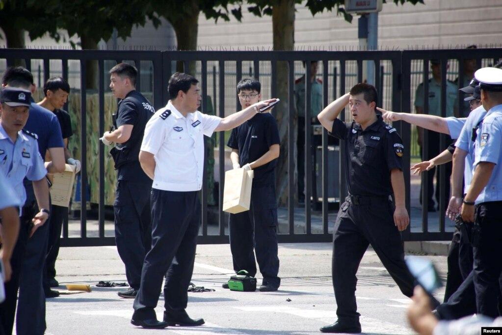 在美國駐北京大使館外爆炸地點附近的中國警察。 (2018年7月26日)