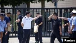 在美国驻北京大使馆外爆炸地点附近的中国警察。(2018年7月26日)