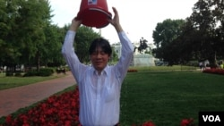 访问美国的台南市长、民进党中常委赖清德在白宫前接受冰桶挑战。(美国之音钟辰芳拍摄)