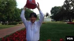 訪問美國的台南市長、民進黨中常委賴清德在白宮前接受冰桶挑戰。(美國之音鍾辰芳拍攝)
