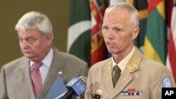 北約的敘利亞聯合國觀察團負責人羅伯特.穆德少將(右)暫停了在敘利亞的行動。(資料圖片)