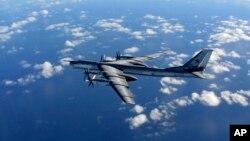 Pesawat pembom jarak jauh jenis Bear milik Rusia terbang di dekat wilayah udara Inggris hari Rabu (28/1).