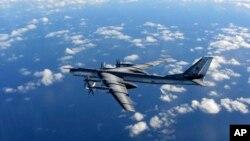 Máy bay Typhoon phản ứng nhanh của Không lực Hoàng gia Anh chụp ảnh chiếc máy bay ném bom tầm xa của quân đội Nga trong không phận quốc tế, 29/10/14. Ảnh do Không lực Hoàng gia Anh cung cấp
