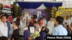 "Prosesi Misa Penutupan Peti dua anak korban peledakan bom di Gereja Katolik Santa Maria Tak Bercela, Surabaya, dilakukan di rumah duka ""Adi Jasa"" yang dipimpin langsung oleh sejumlah Pastor, Rabu sore, 16 Mei 2018. (Foto: VOA/Petrus Riski)"