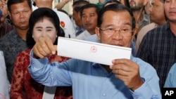 훈센 캄보디아 총리가 29일 캄보디아 칸달주 다카마오의 투표소에서 투표용지를 들어 보이고 있다.