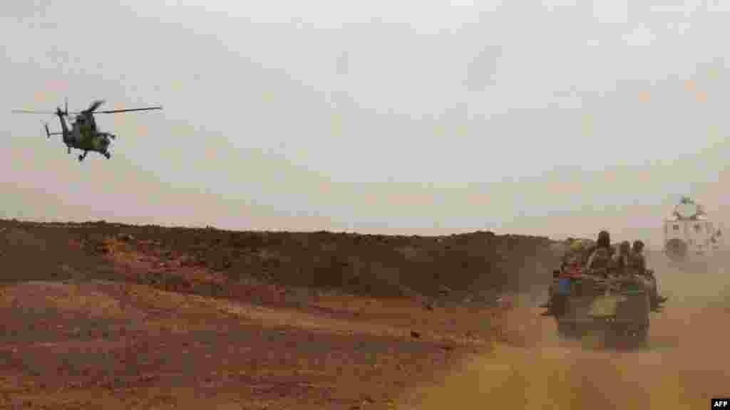Un hélicoptère de l'armée française escortant un véhicule transportant le premier ministre malien Moussa Mara de Gao à Kidal, le 17 mai 2014.