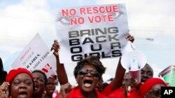 Une femme participe à une manifestation à Lagos, au Nigeria, le 5 mai 2014, après la disparition de plusieurs centaines de jeunes lycéennes.
