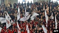 Ủng hộ viên đảng Dân chủ của Kosovo tham gia cuộc vận động tranh cử của đảng trong thành phố Urosevac