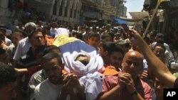 Le corps de Saed Al Majdalawi, 21 ans, transporté par des Palestiniens à Gaza. Il a été tué par balle. (17 août 2011)