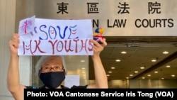 64歲的香港抗爭者王鳳瑤,人稱王婆婆,她因為參與去年反送中運動遊行示威,在深圳被關押、軟禁14個月後,10月27日再次在香港上街示威,她手持標語在東區法院大樓外呼籲拯救香港年青人 (攝影:美國之音湯惠芸)
