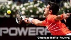 Novak Đoković u duelu sa Denisom Šapovalovim u drugom kolu Mastersa u Rimu (Foto: Reuters/Giuseppe Maffia)