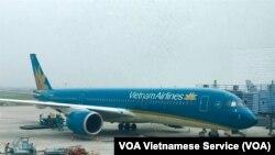Một máy bay của Vietnam Airlines đón khách tại sân bay Nội Bài ở Hà Nội. Chuyến bay VN31 của hãng hàng không quốc gia từ TP HCM đi Frankfurt, Đức, hôm 28/5 bị trì hoãn để chờ 1 hành khách gây bức xúc trong dư luận.